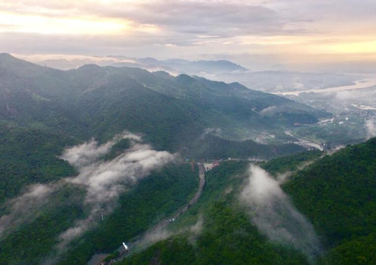 福州:阵雨过后 群山景色优美
