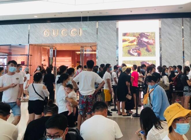 海南免税新政后两月卖了55个小目标 游客排队买买买