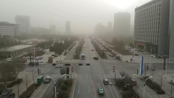 陕西榆林出现沙尘天气能见度下降 部分航班取消或延误